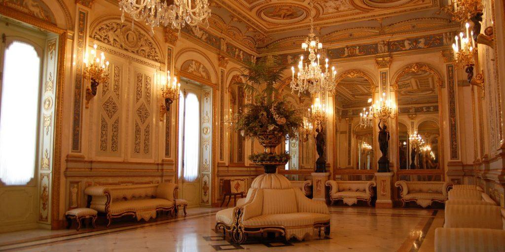 Богатые залы музея керамики в Валенсии